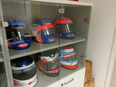 Una teca con alcuni dei caschi dei piloti Minardi