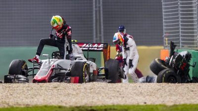 epa05221805 Spanish Formula One driver Fernando Alonso (R) of McLaren-Honda and Mexican Formula One driver Esteban Gutierrez (L) of Haas F1 Team after a crash during the Australian Formula One Grand Prix at the Albert Park circuit in Melbourne, Australia, 20 March 2016. EPA/SRDJAN SUKI